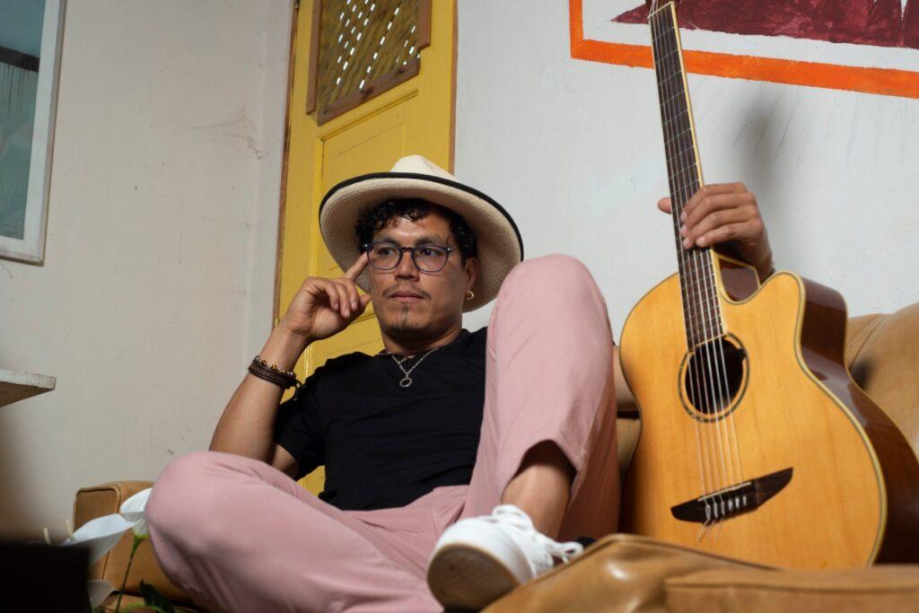 el cantautor peruano husil presenta polvo en el viento husil 2