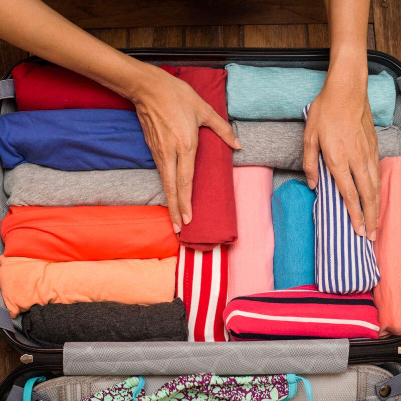 como empacar una buena maleta en vacaciones enrolla la ropa